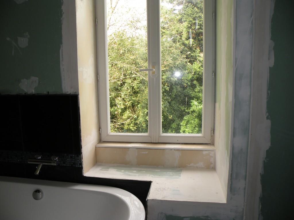 Dans le r tro la tablette de la salle de bain for Habillage fenetre salle de bain