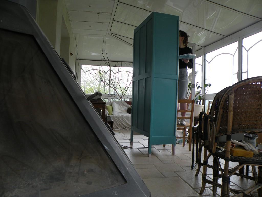 Une armoire bleu azur for Grillage a poule pour meuble