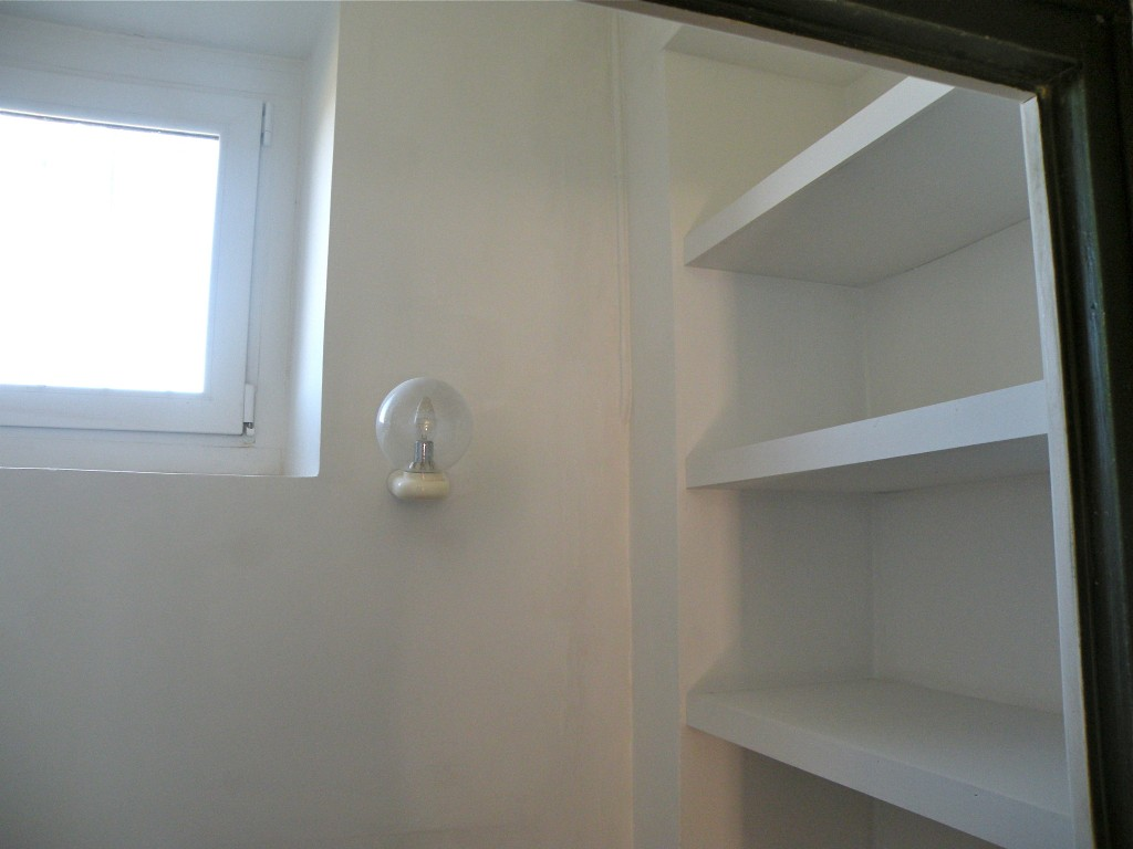Une boite toute blanche for Encadrement fenetre interieur