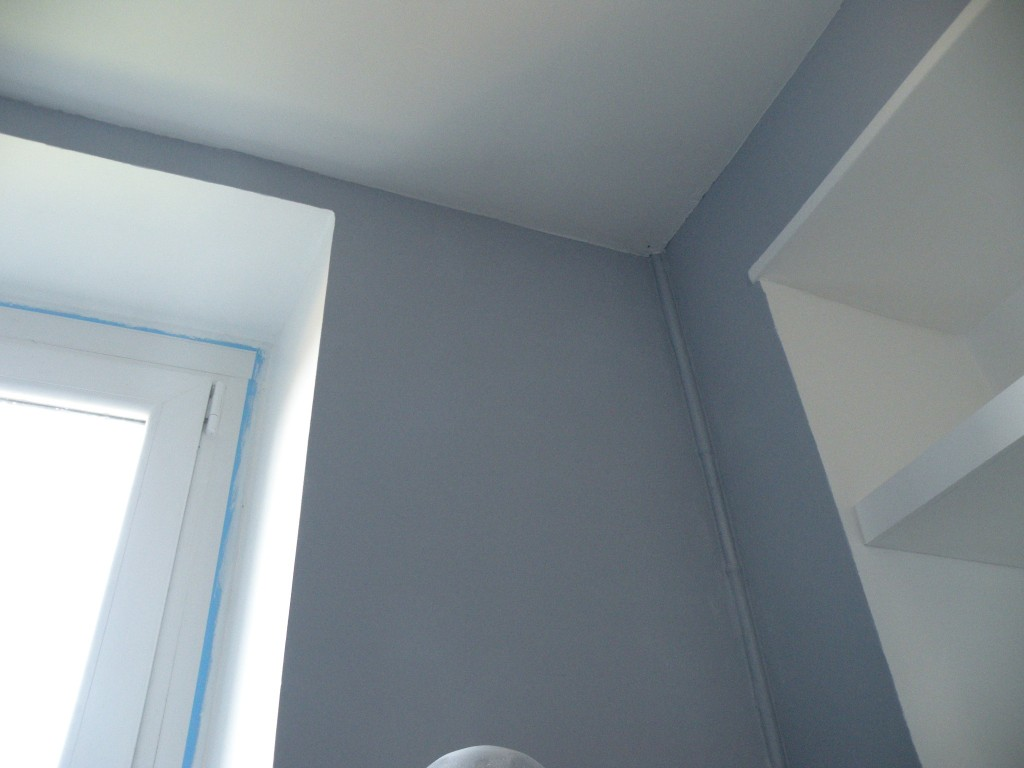Une boite grise et blanche for Peinture porte et encadrement