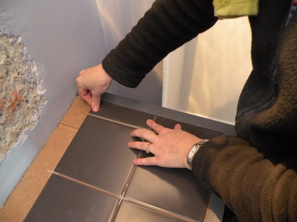 Un meuble et quelques for Comment enlever du silicone sur du carrelage