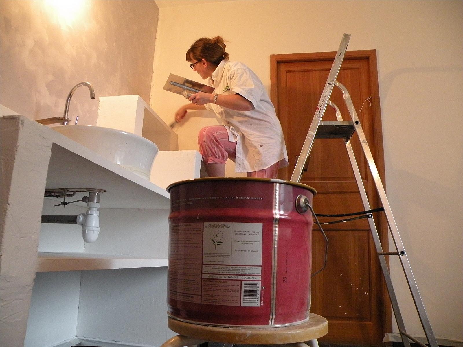 comme dans le reste de la salle de bain lapplication de lenduit de finition a leffet escompt a finit la pice le mur et le meuble vasque et le mur - Finition Mur Salle De Bain