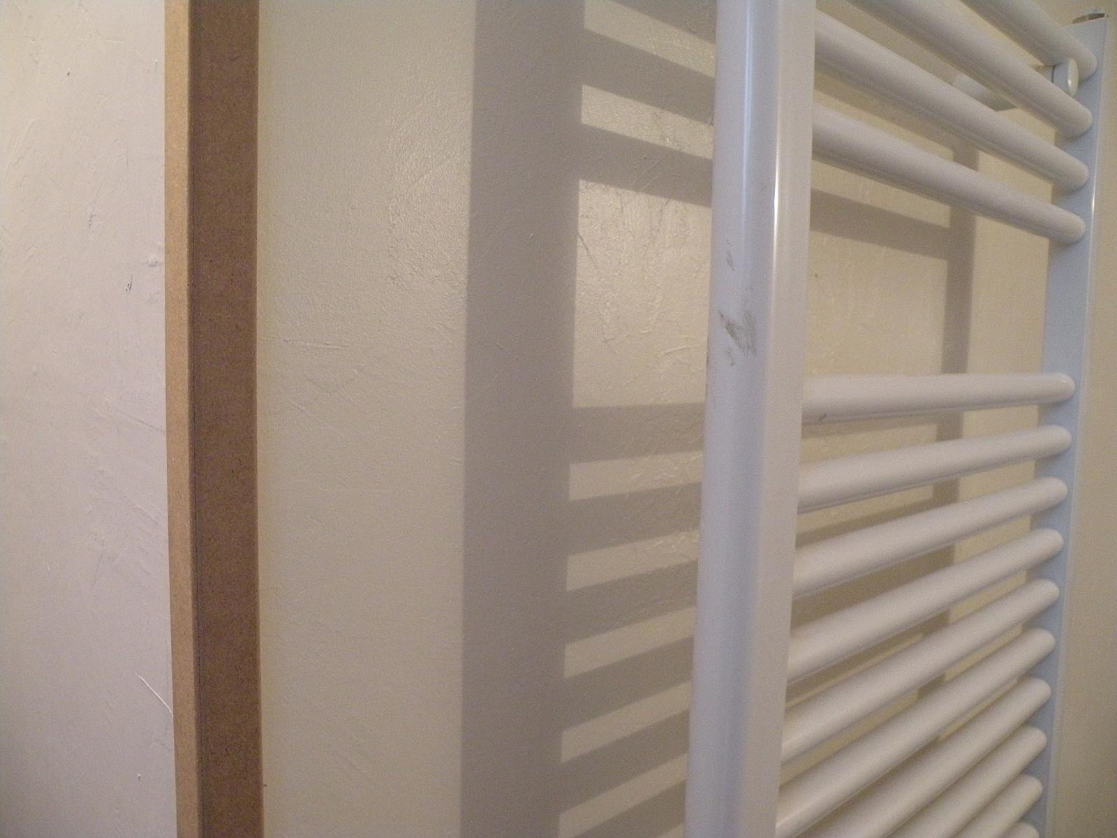 Dans le r tro les murs de la salle de bain for Tablette au dessus d un radiateur