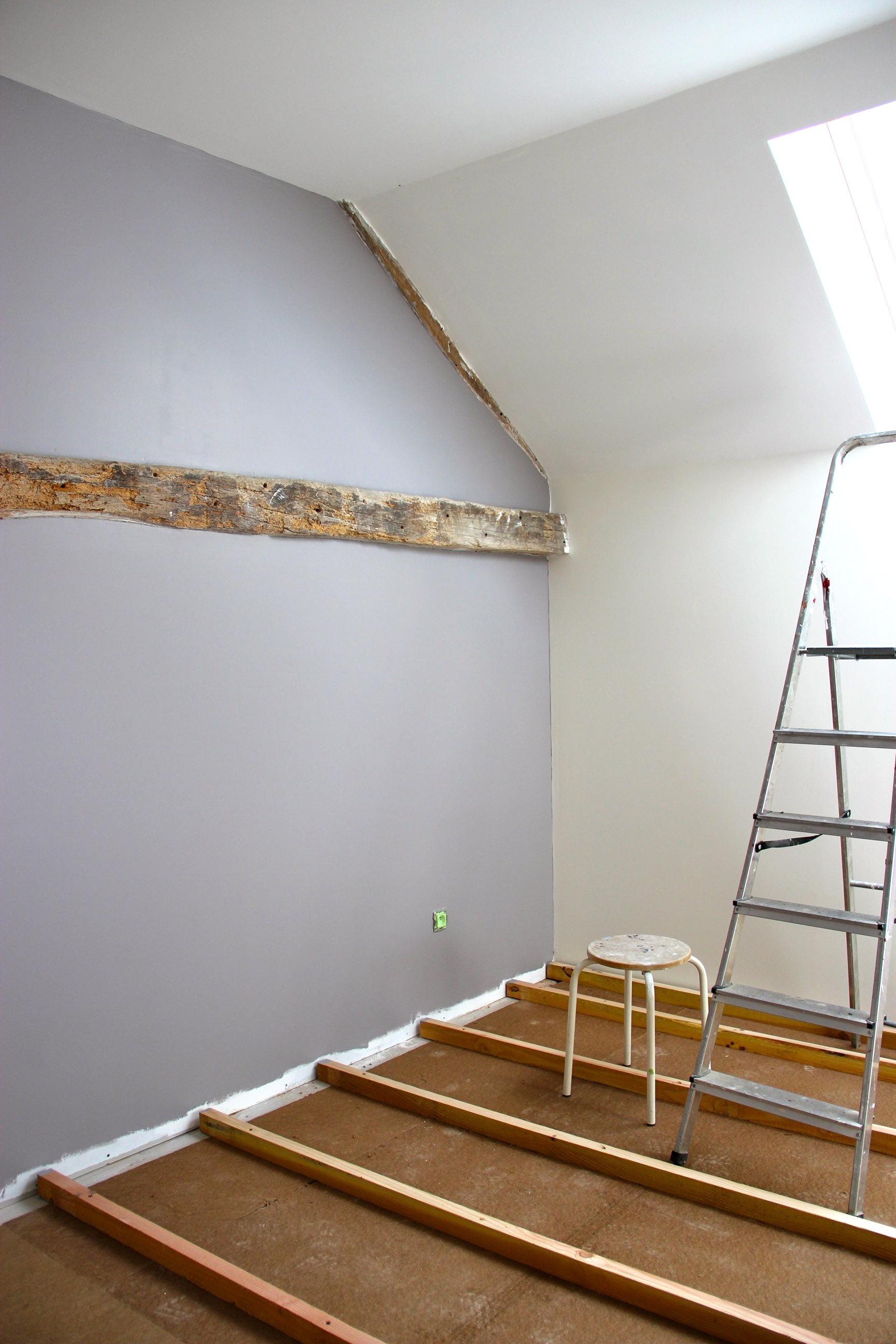 le taupe pour un pan de mur dans ce salon plut t lumineux. Black Bedroom Furniture Sets. Home Design Ideas