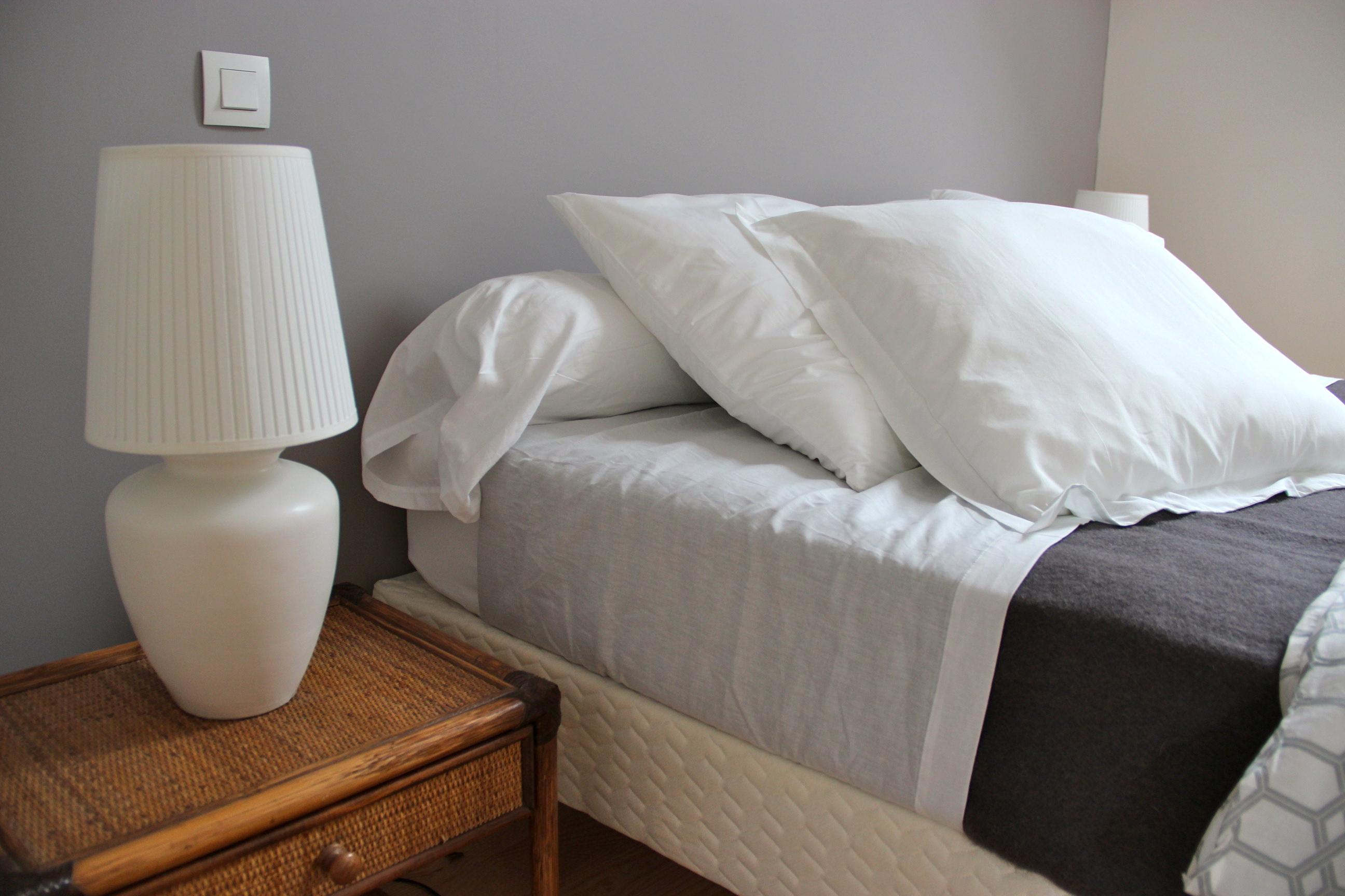 Chambre taupe et blanc casse ~ Solutions pour la décoration ...